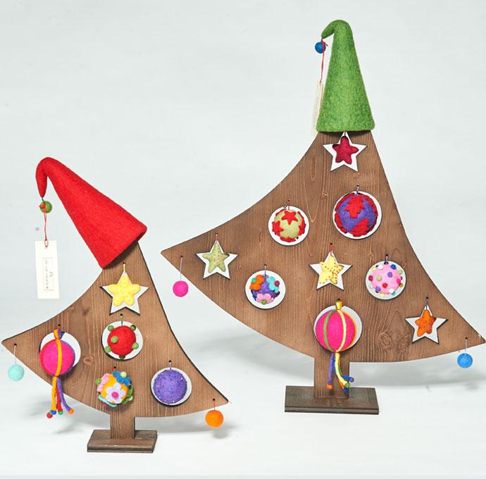 weihnachtsb ume aus holz ge lt mit filzkugeln helga hagen w hagenpur manufaktur. Black Bedroom Furniture Sets. Home Design Ideas