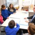 """Die Schülerinnen und Schüler des Startteam des Schülerladens erläutern Dr. Andreas Beyer ihren Geschäftsplan und Ideen für die Eröffnung des """"BRL"""" am 16.1.2014."""