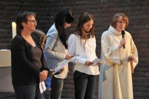 Gemeinsam mit Sabine Frey (r.) sprachen Lehrer, Schüler und Eltern einige Fürbitten.