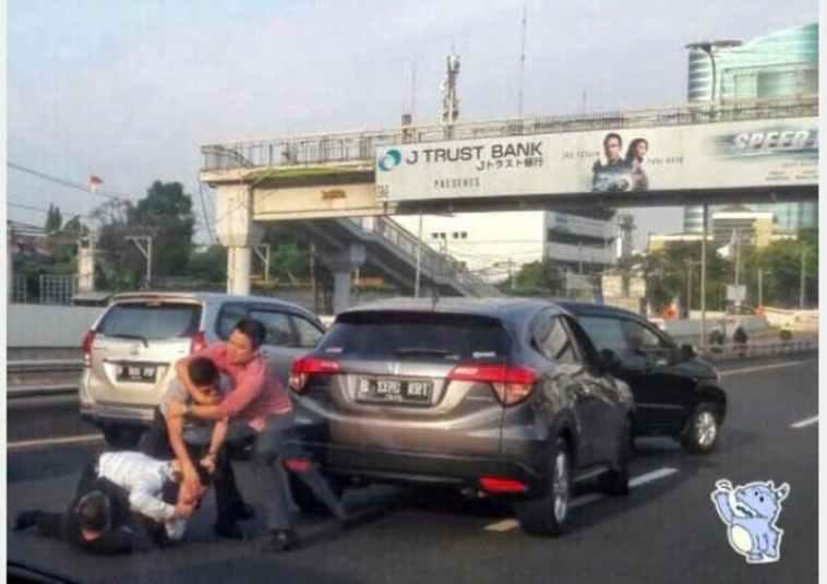 Tak terima mobilnya disalip pengendara lain, dua pengemudi ini terlibat perkelahian di tol dalam kota