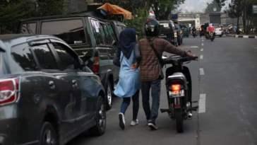 Foto pasangan kekasih dorong motor ini viral, kejadian selanjutnya bikin jomblo iri