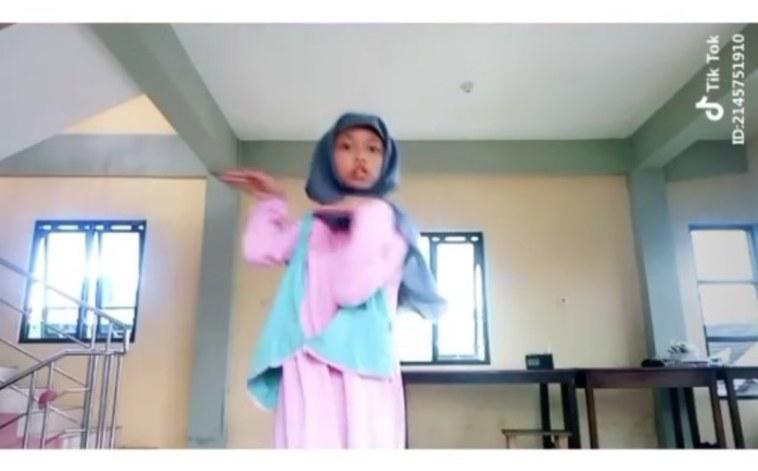 Goyang maju mundur kaya 'congcorang', video joget coki-coki gadis ini viral