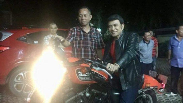Nyanyi di hajatan 10 hari 10 malam, Rhoma Irama dapat saweran Harley Davidson