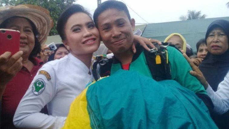 Romantisnya anggota TNI di Palopo lamar kekasih usai terjun payung ini bikin baper