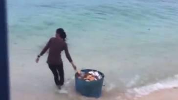 Tanpa rasa bersalah, dua wanita ini dengan santai buang sampah ke laut, mau ditenggelamin Ibu Susi?