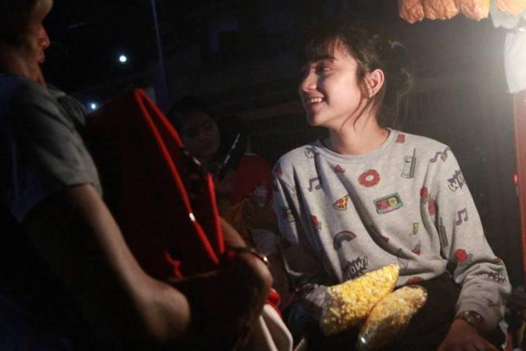 Gadis cantik penjual popcorn ini viral, setelah identitasnya terungkap ternyata ada kisah mulia dibaliknya