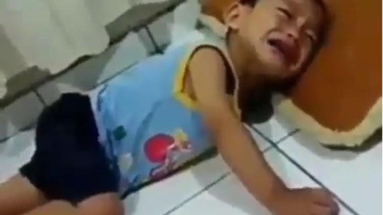Bocah ini nangis karena dilarang pengelola shalat di masjid, respon sang ibu bikin adem, kasihan adeknya!