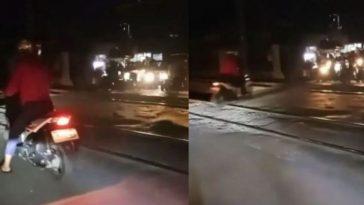 Video viral! Detik-detik pengendara motor wanita selamat dari tabrakan maut KRL ini bikin jantung hampir copot