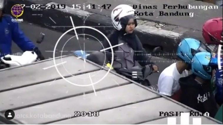 Kocak parah! Pria ini ditegur petugas ATCS kota Bandung gara-gara naik motor pake helm PUBG level 1