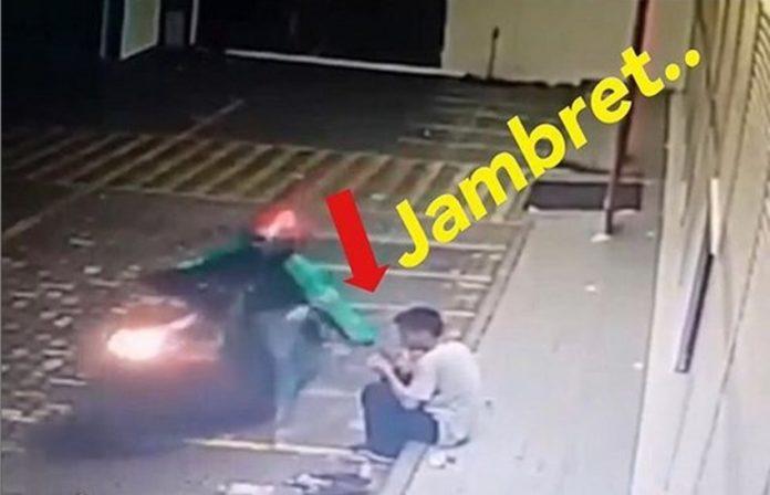 Terekam kamera CCTV, pria berseragam ojek online ini tega jambret HP seorang pemuda