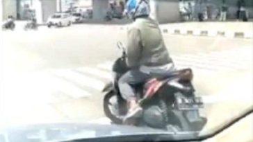 Video viral! Tak turunkan kaki saat berhenti di lampu merah, aksi pria patut diacungi jempol