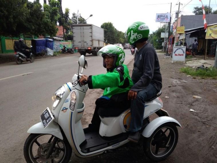 Atasi keterbatasan, pria ini modif motor jadi roda tiga untuk narik Go-Jek