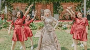 Demi hibur para tamu undangan, pengantin wanita ini dance k-pop diacara pernikahannya