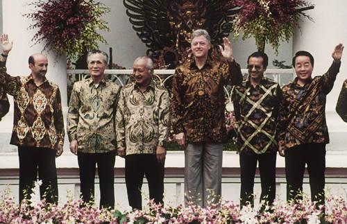 Politiska ledare i batikskjortor