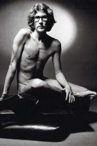Svartvit bild på Yves Saint Laurent naken