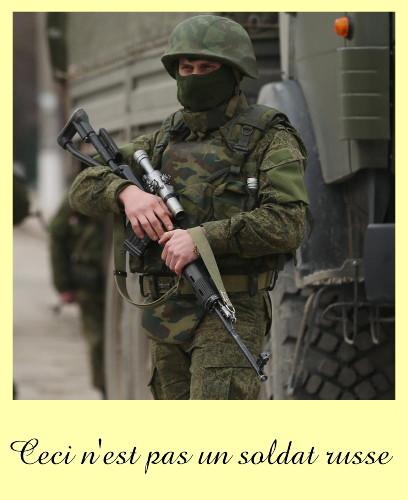 markerad beväpnad soldat framför lastbil
