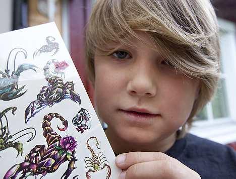 Pojke med karta med skorpiontatueringar, några med rosor(!) en med hakkors