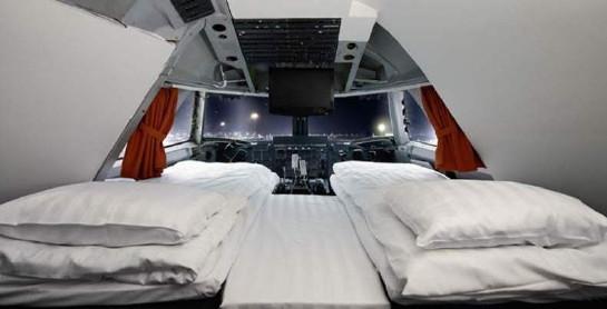 Bild inifrån cockpit med två sängar, utsikt mot Arlanda på natten