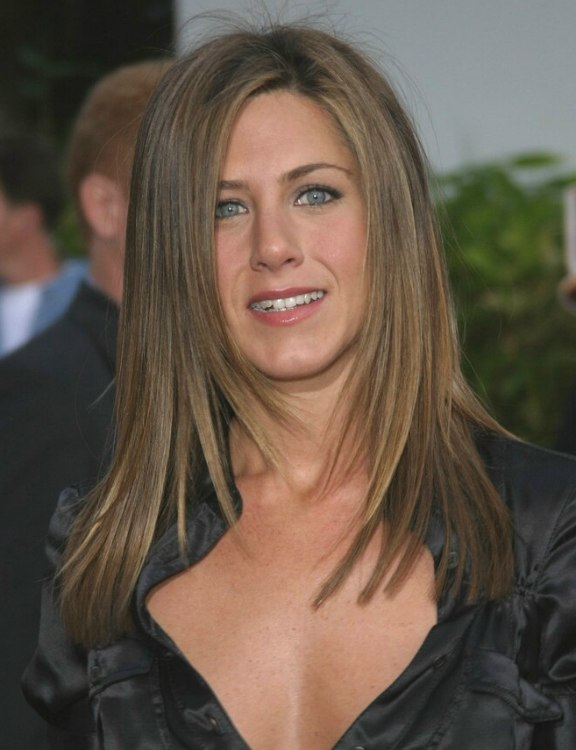 Jennifer Anistons Hair Cut In Long Layers With Angles