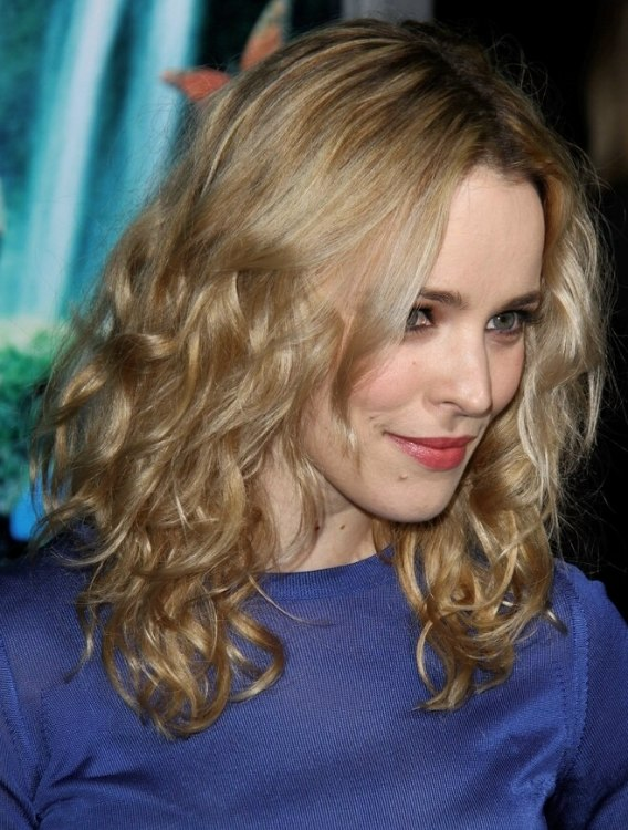 Rachel McAdams Wearing A Long Hairstyle With Curl And A