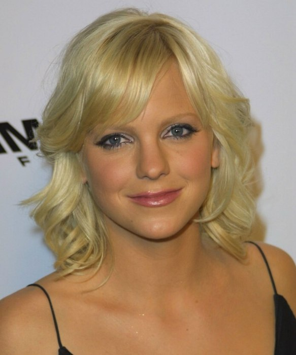 Anna Faris With Medium Length Hair That Tips Her Shoulders