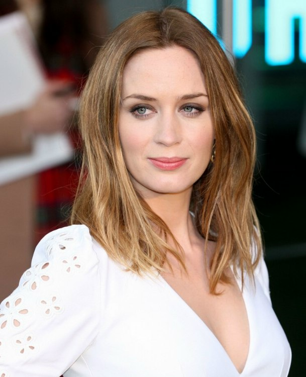 Emily Blunt Wearing An Easy Going Long Hairstyle
