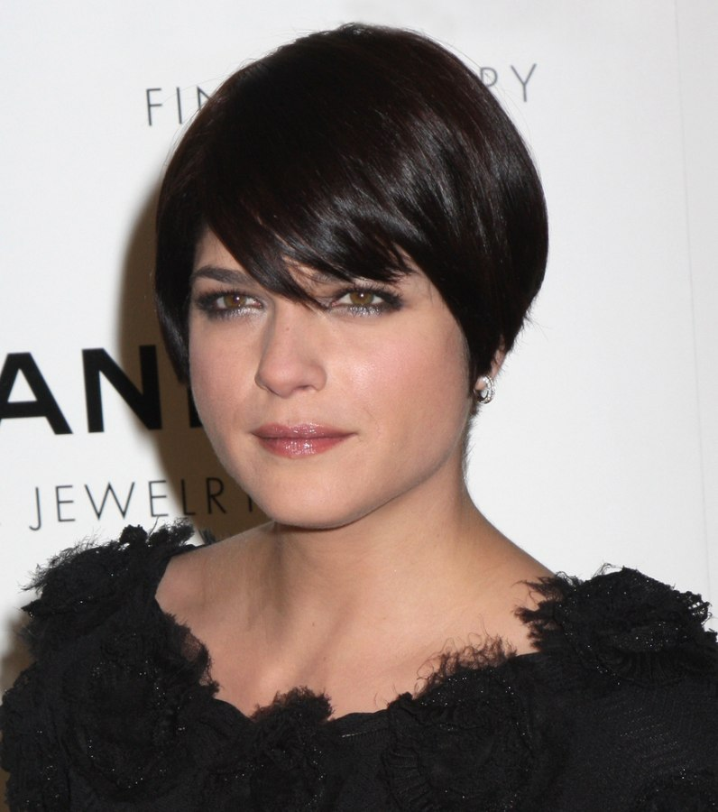 Selma Blair Short Rounded Haircut With Sides That Fall