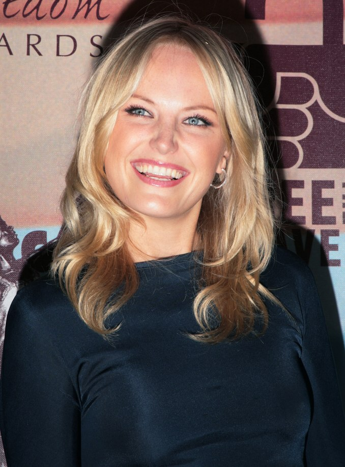 Malin Akermans Blonde Hair In Long Layers With Loose