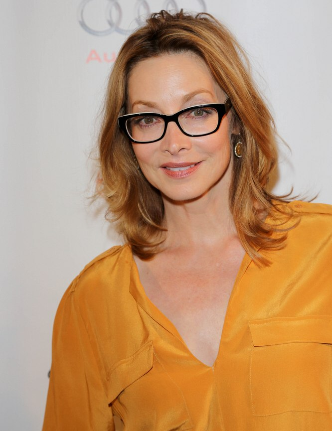 Sharon Lawrence Hairstyle And Glasses To Create A Sporty