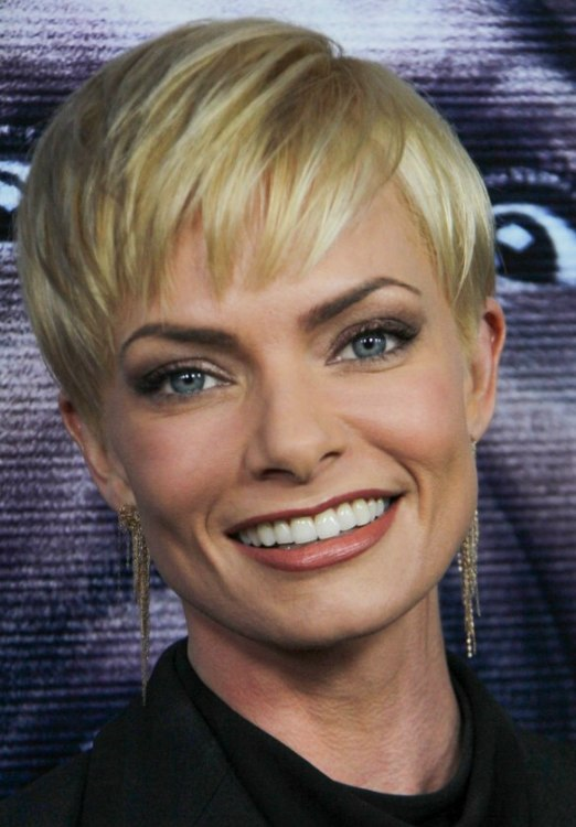 Jaime Pressly Pixie Hairstyle With A Super Short Neck