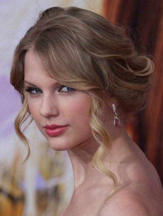 Taylor Swifts Up Style With Yesteryears Elegance And