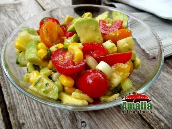 Salata de vara cu porumb, rosii si avocado