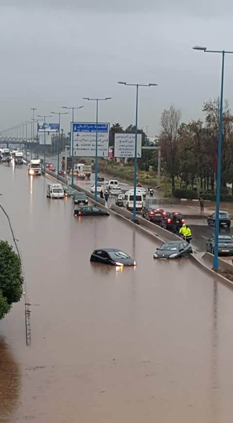 بعد الأمطار … سيارات تغرق وسط الطريق السيار بالدارالبيضاء.