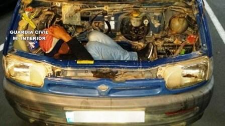لن تصدق ذلك , مواطن يخاطر بحياته ويختبأ بمحرك سيارة للهجرة لإسبانيا