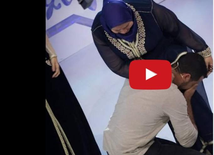"""فيديو مؤثر : مشارك في """"لالة العروسة"""" يضحى بنقاطه لكي تفوز أمه بعمرة!"""