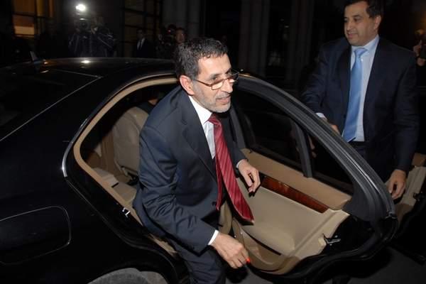 صورة : العثماني يغسل سيارة رئيس الحكومة التي تساوي 600 مليون في الشارع العام