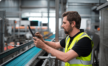 factory-worker-using-a-digital-tablet-in-factory-K6M5CLS