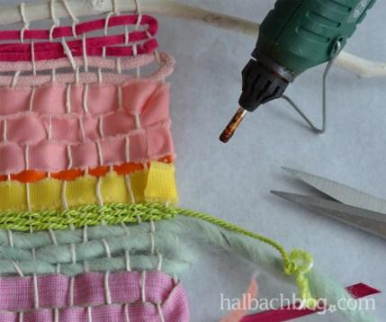 DIY-Idee halbachblog: Wandbehang weben mit bunten Bändern, Bandenden ankleben
