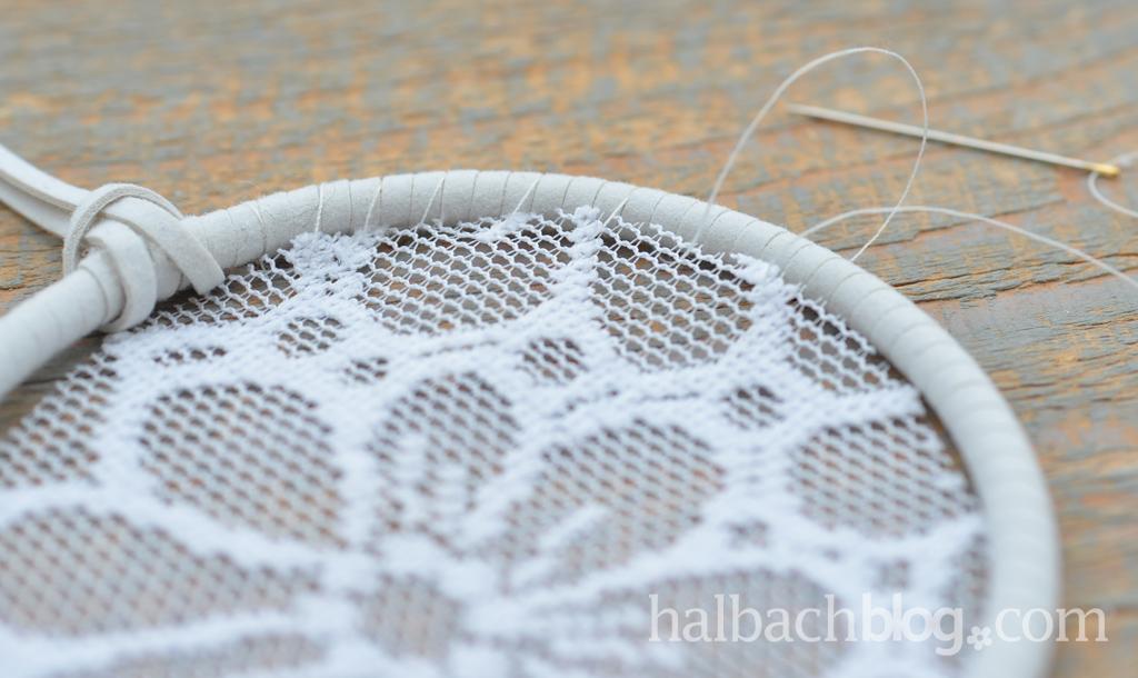 DIY-Tutorial halbachblog: Mini-Traumfänger aus Spitze, Bändern, Holzperlen und Federn in Natur-Weiß - Spitze am Ring festnähen