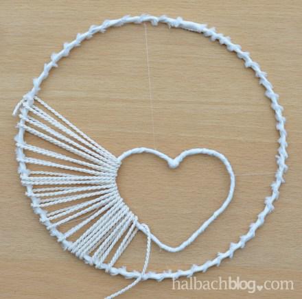 DIY-Idee halbachblog: Traumfänger basteln mit Herz aus Kordel, Spitze, Bändern und Accessoires - Herz und Drahtring mit Kordel umwickeln