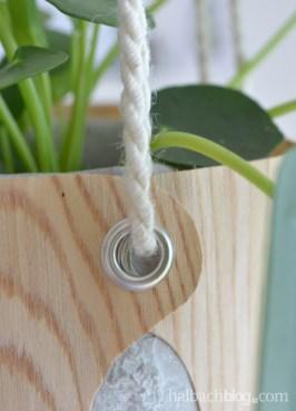 DIY-Tutorial halbachblog: Blumenampel aus Holzfurnier-Stoff nähen - Ösen und Jutekordel