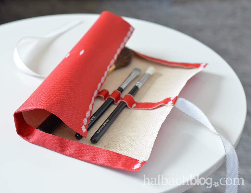 DIY-Idee halbachblog: Pinseltasche nähen aus rotem Tafelstoff mit Bändern in Rot, Weiß und Natur