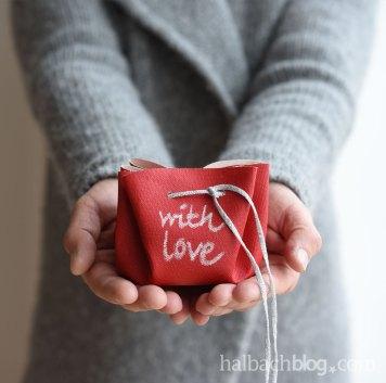 DIY Tutorial halbachblog: Geschenkebeutel ohne Nähen aus rotem Tafelstoff