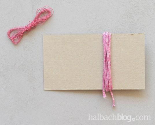 DIY-Idee Halbachblog: Ketten basteln mit Quasten-Anhängern aus dünnem Strickbändchen in Rosa, Pink, Grün, Natur, Weiß; Strickbändchen um Pappe wickeln