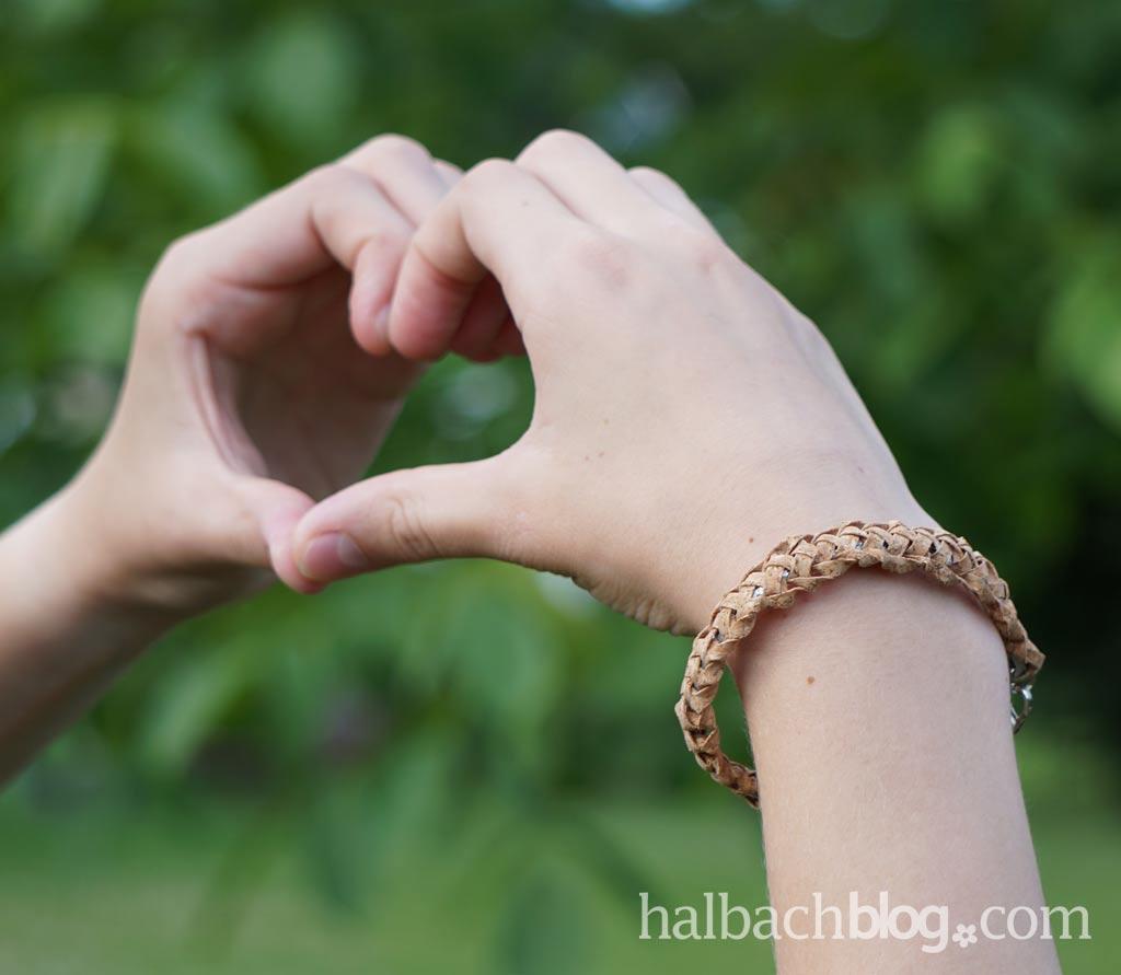 DIY-Idee halbachblog: Armband in Weboptik aus Korkstoff Streifen I fertiges Armband mit silberner Mitte I