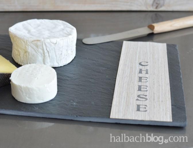 DIY-Idee Halbachblog: Schieferplatte mit selbstklebendem Holzfurnier-Stoff und Stempelschriftzug zum stylishen Käsebrett pimpen