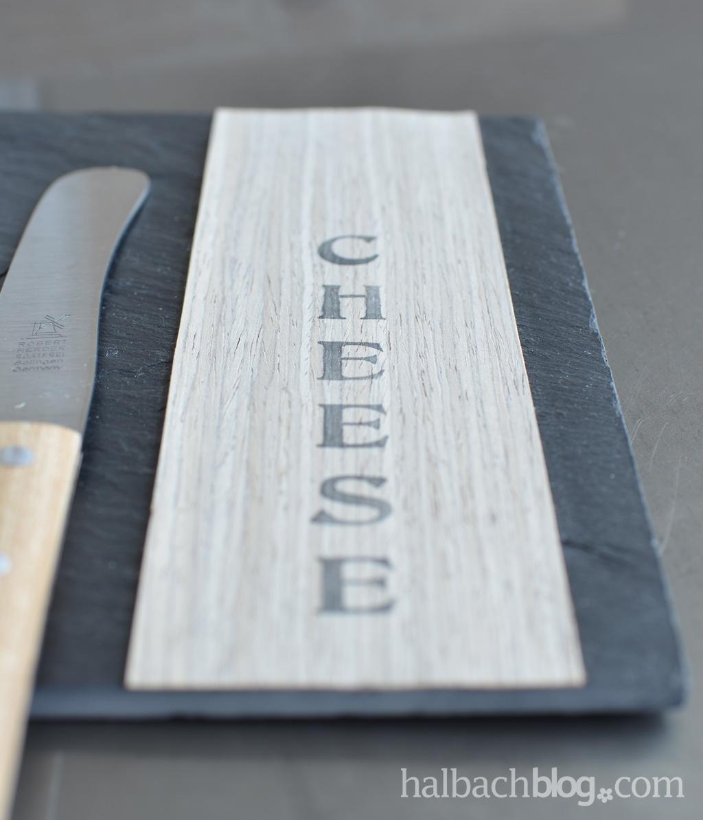 DIY-Idee Halbachblog: Schieferplatte mit selbstklebendem Holzfurnier-Stoff zum stylishen Käsebrett pimpen; mit Stempelschriftzug
