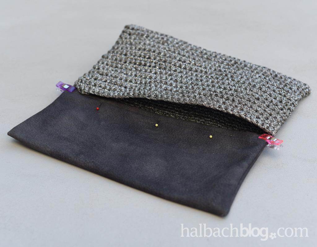 Halbachblog DIY: Anleitung für eine gehäkelte Clutch aus Lurex-Strickbändchen mit einem Deckel aus Velours-Stoff