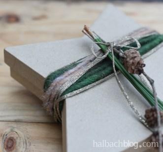 DIY-Idee Halbachblog: Geschenke verpacken mit Bändern; Wicklung mit Wolle und Lurexstrickbändchen
