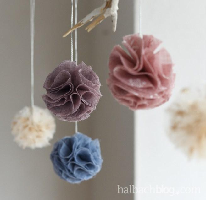DIY-Anleitung Halbachblog: Stoff-Deko-Kugeln nähen aus leichten Stoffen in Rosa, Blau und Creme